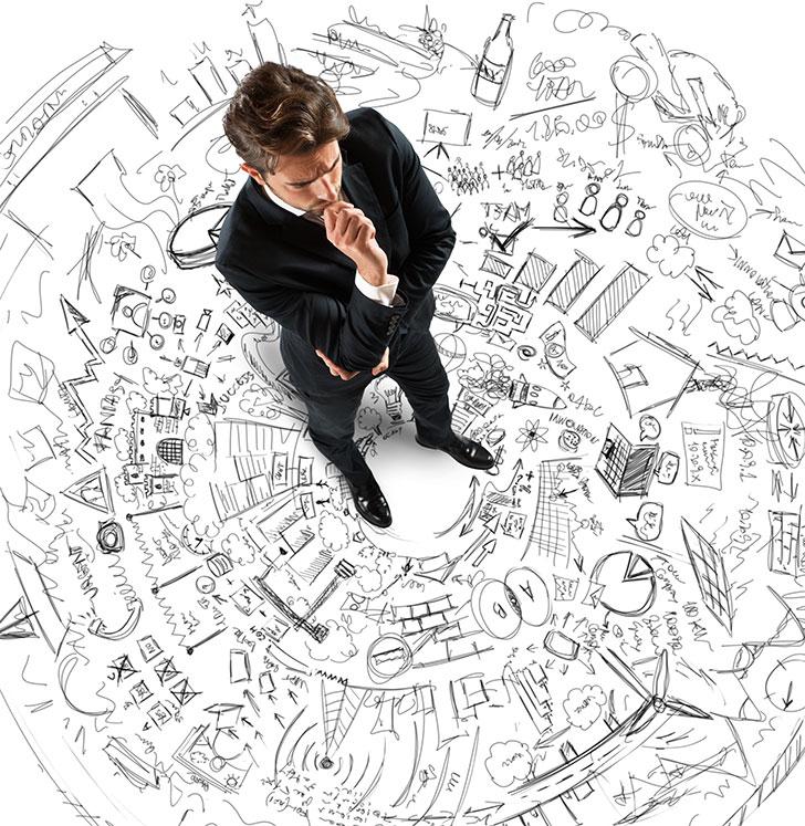 Joven ejecutivo valorando alternativas de Marketing Offline