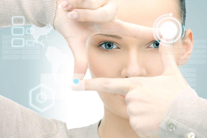 Mujer estableciendo conexiones virtuales con sus dedos